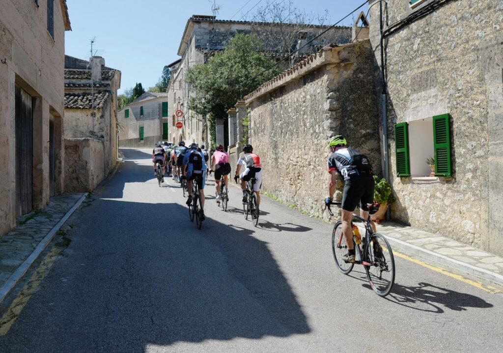 Radfahrer unterwegs in den engen Gassen von Montouri © DPA