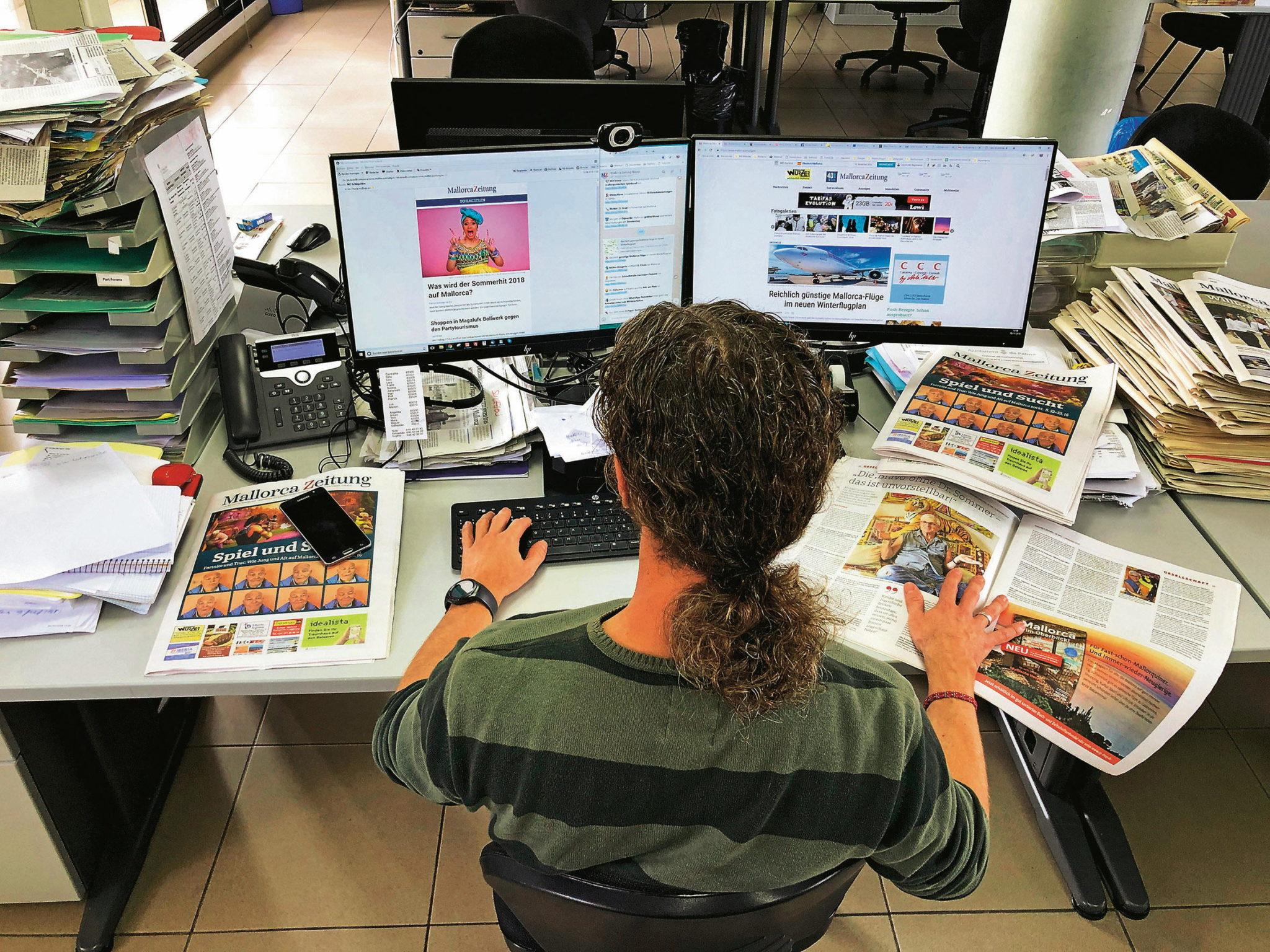 Vize-Chefredakteur und Online-Chef Frank Feldmeier an seinem Arbeitsplatz, von Bildschirmen gesäumt