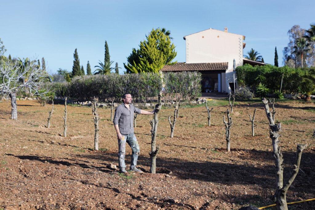 """Im Hintergrund sein Atelier auf Mallorca: hier genießt Christian Nienhaus die """"wahre Leichtigkeit"""" // Foto © Atelier Nienhaus"""