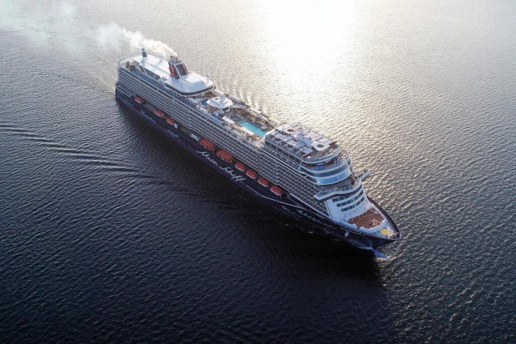 """Die neue """"Mein Schiff1"""" von Tui Cruises setzt auf modernste Filter- und Katalysatorentechnik. Die Nachfolge-Generation wird auf LNG-Betrieb ausgerichtet // Foto © tui cruises"""